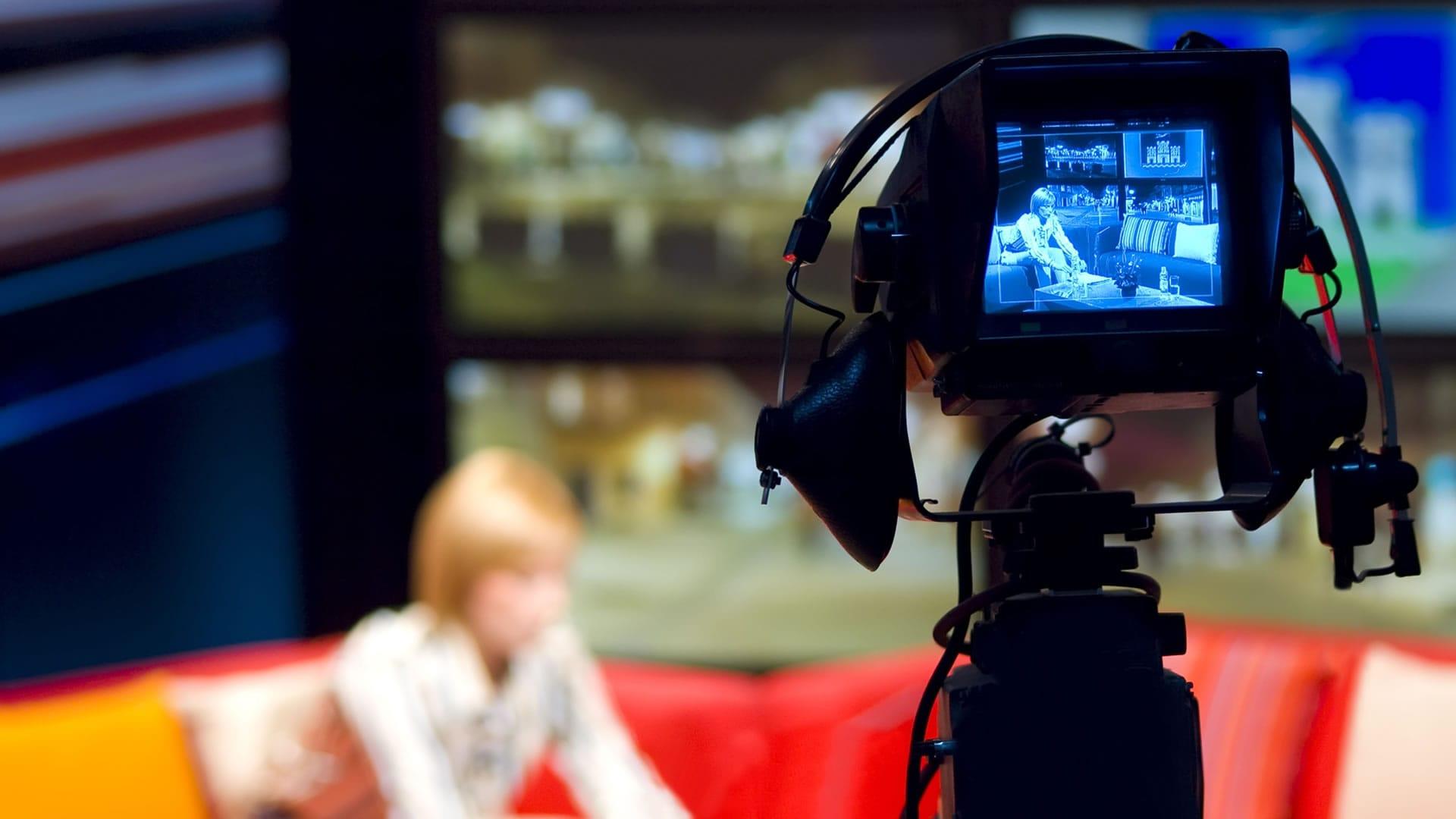 Anne Connin – diaporama : photo d'une journaliste TV sur un plateau de télévision